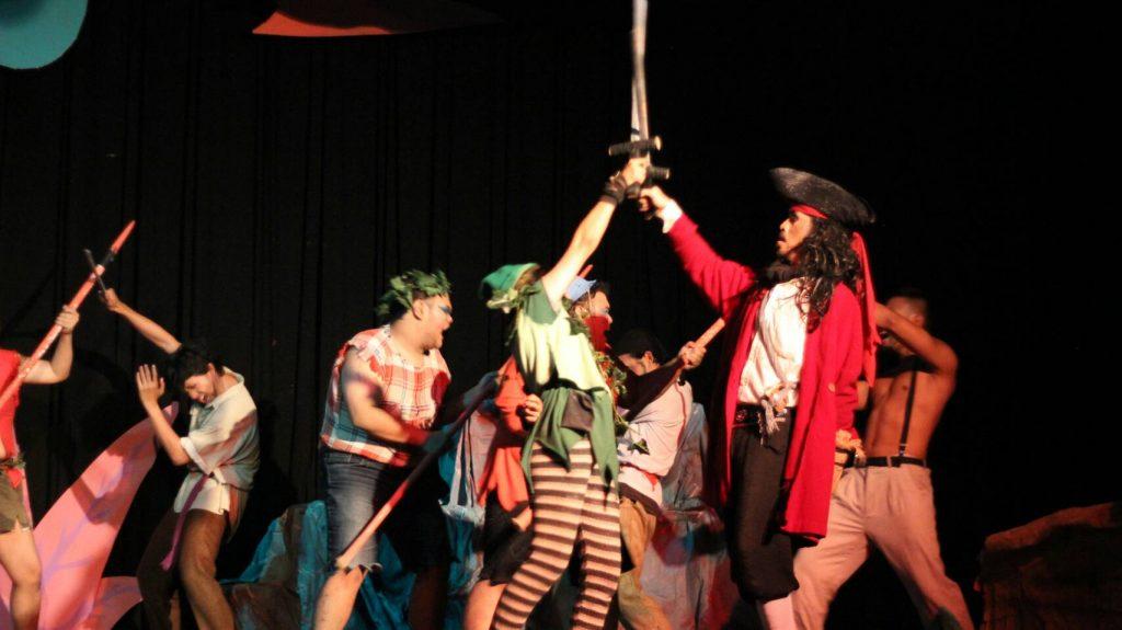 Pertarungan antara Peter Pan dengan Kapten Hook (Foto : Zahra)