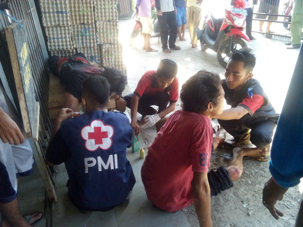 Anggota PMI sedang melakukan pertolongan pertama pada korban kecelakaan lalu lintas. Foto: Nj