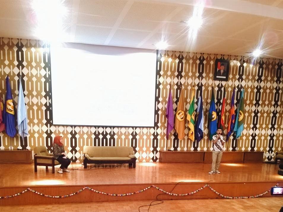 Seminar bersama awardee LPDP, Arie Ariyanto, mahasiswa Sastra Sunda Universitas Padjadjaran. (Foto: Sifa Deana)