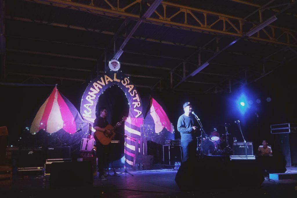 Mr. Sonjaya, grup band acoustic folk asal Bandung tampil di acara Karnaval Sastra 2016 Sabtu (29/10). Foto: Ulfa